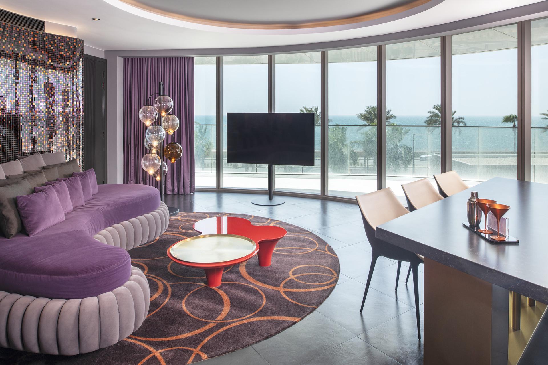 Люкс E-WOW - найбільший люкс в Дубаї, розташований на двох поверхах, з приватним басейном на даху і незабутньою 360 ° панорамою.