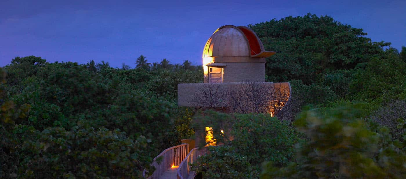 На острове есть своя обсерватория, оснащенная мощным телескопом, которая предлагает вам великолепные виды на галактики и возможность узнать больше о нашей Вселенной от астрономов, которых специально приглашают в гостиницу.