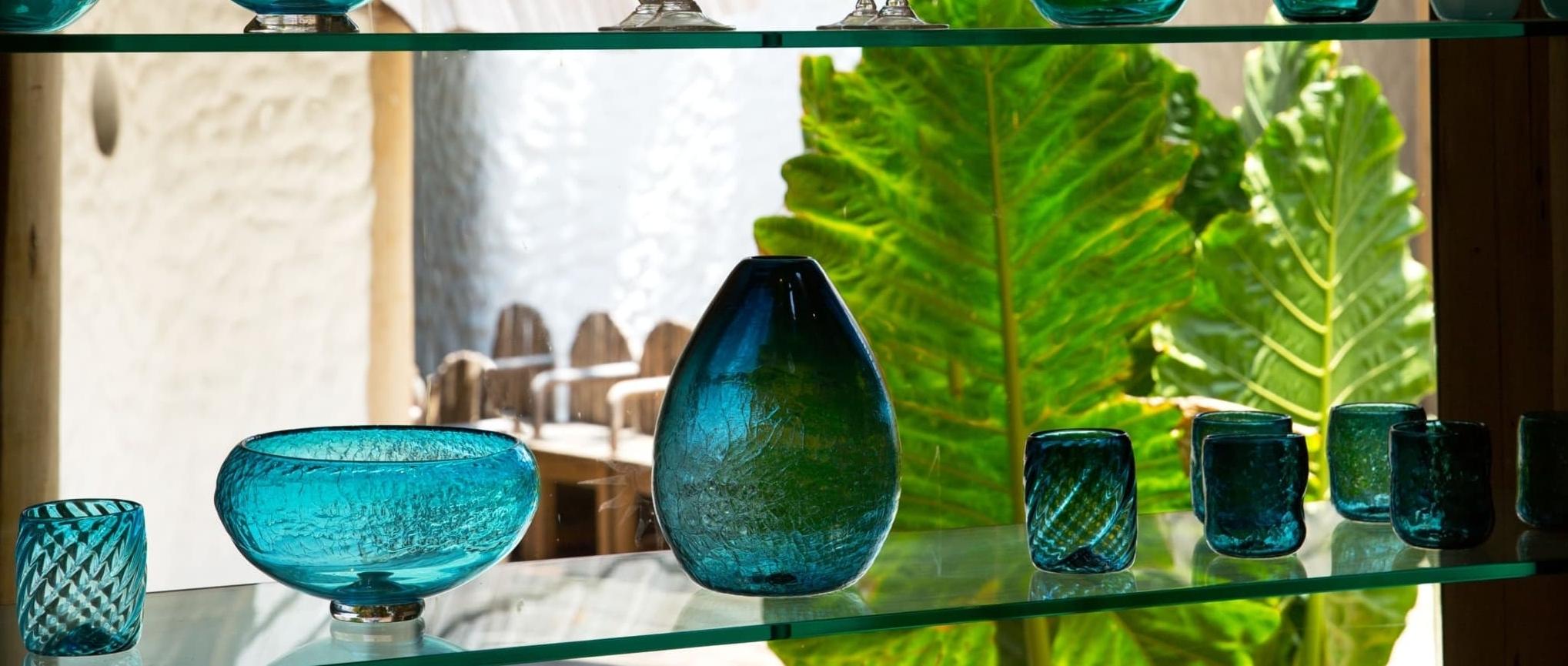 Эко концепция отеля предусматривает бережное отношение к окружающему миру и сохранению природных ресурсов. Так, на острове есть центр переработки «от отходов к богатству», что превращает использованные предметы и материалы в сокровища, например - использованные бутылки в вазу.