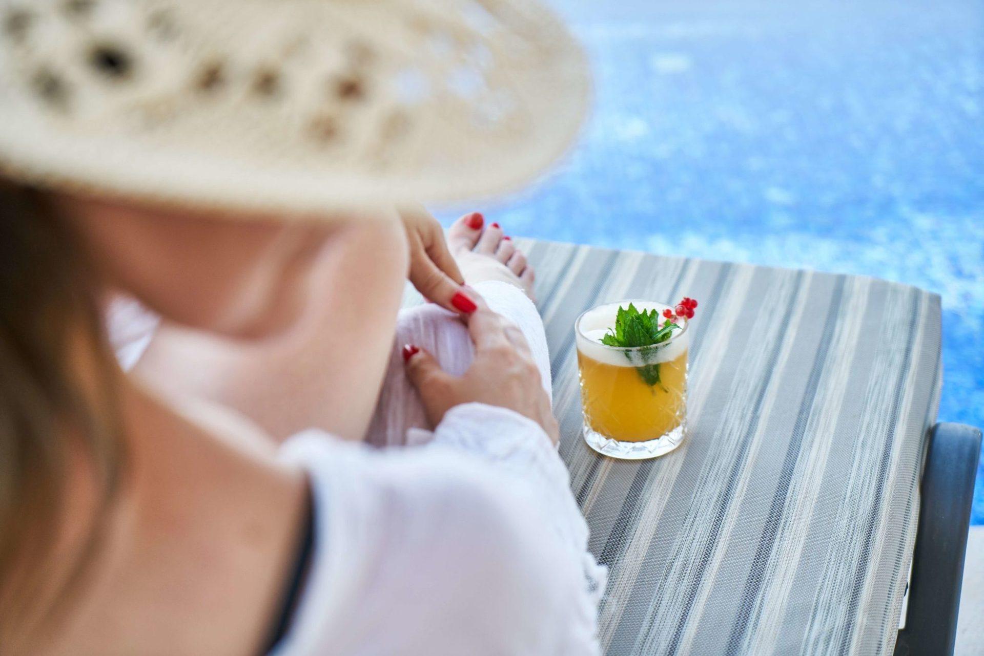 Під час їжі вам будуть надані напої: столове вино і вода, а також місцеві аперитиви (пунш, ром, фруктовий сік). Проносити з собою на борт напої заборонено!