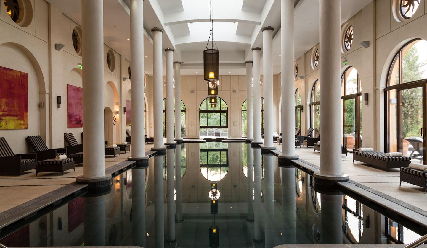 Гостям отеля - безлимитный доступ к TerreBlancheSpa, включая крытый бассейн, сауну, фитнес-зал