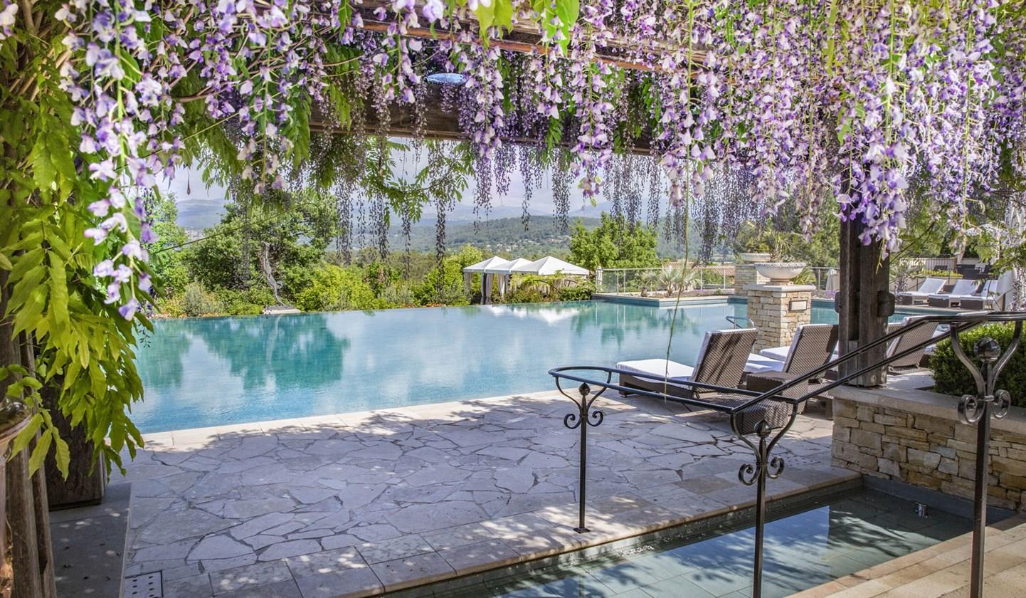 Поруч з готелем розташований пейзажний басейн з панорамним видом, де ви зможете відпочити після насиченої гри поніжитися в променях сонця Провансу.