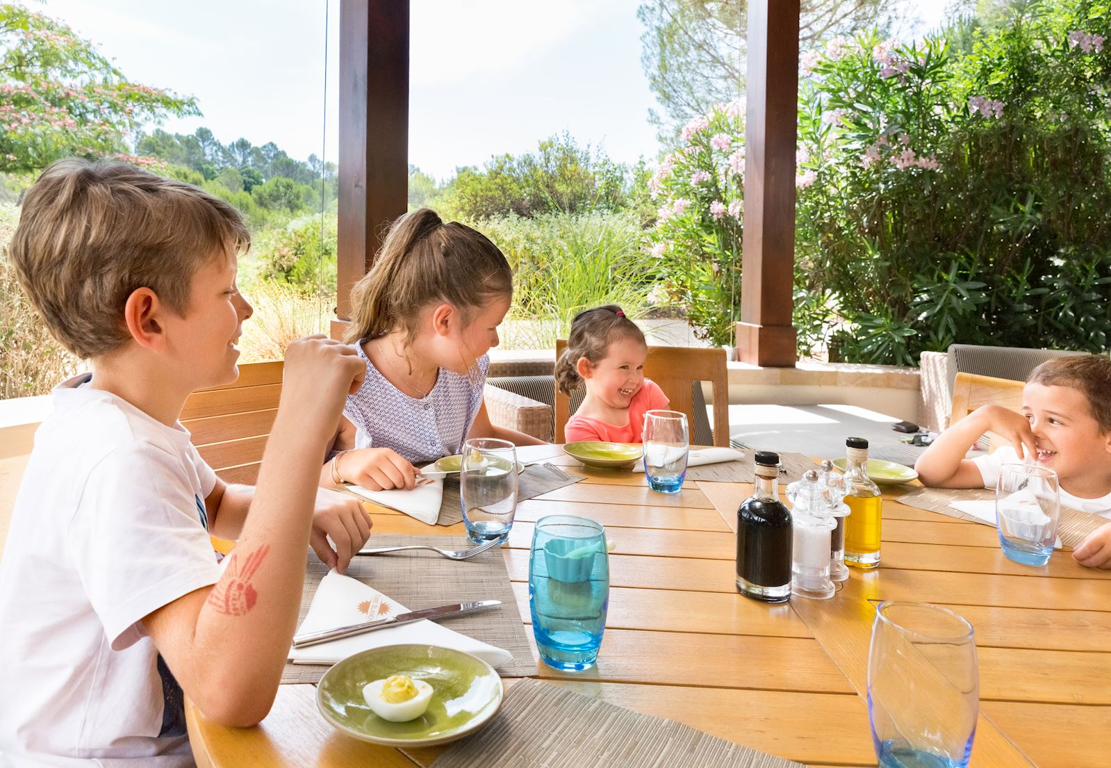 Влітку обідня зона Le Pitchoun запрошує дітей на простий, але смачний обід. Меню розроблено шеф-кухарем у співпраці з дієтологом, є гарантією якісної кухні.