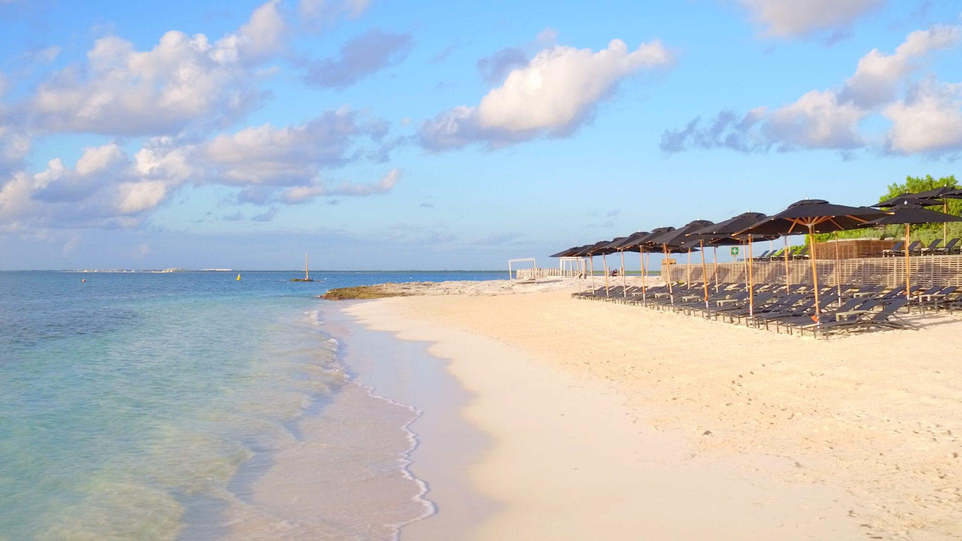 Розташований у національному парку з власним пляжем в усамітненій бухті Пунта Нізук; один із пляжей - тільки для відпочинку дорослих гостей