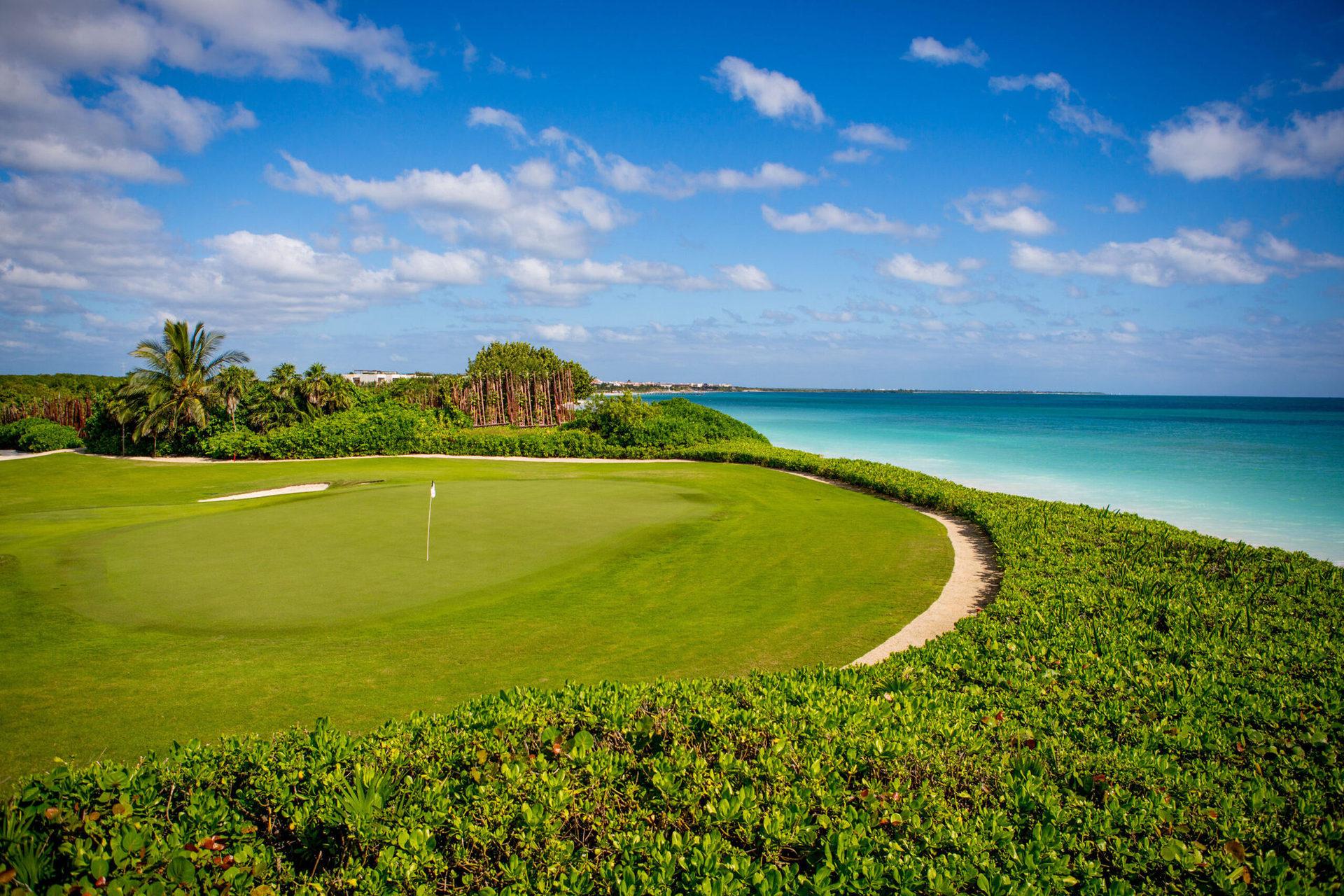 Гості готелю мають привілейований доступ до гольф-клубу El Camaleón.