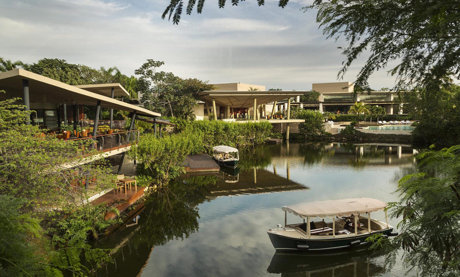 Готель розташування на території заповідника Майякоба: серед внутрішніх лагун та мангрових лісів.