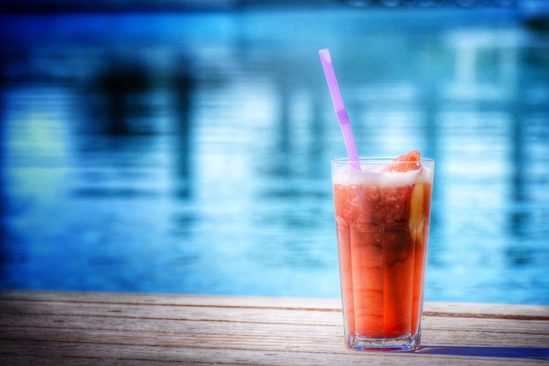Відпочиньте біля 50-метрового пейзажного басейну, спостерігаючи за ігристими водами Адріатики, розслабтесь під водоспадом або просто пийте коктейлі, лежачи на плюшевих лежаках.
