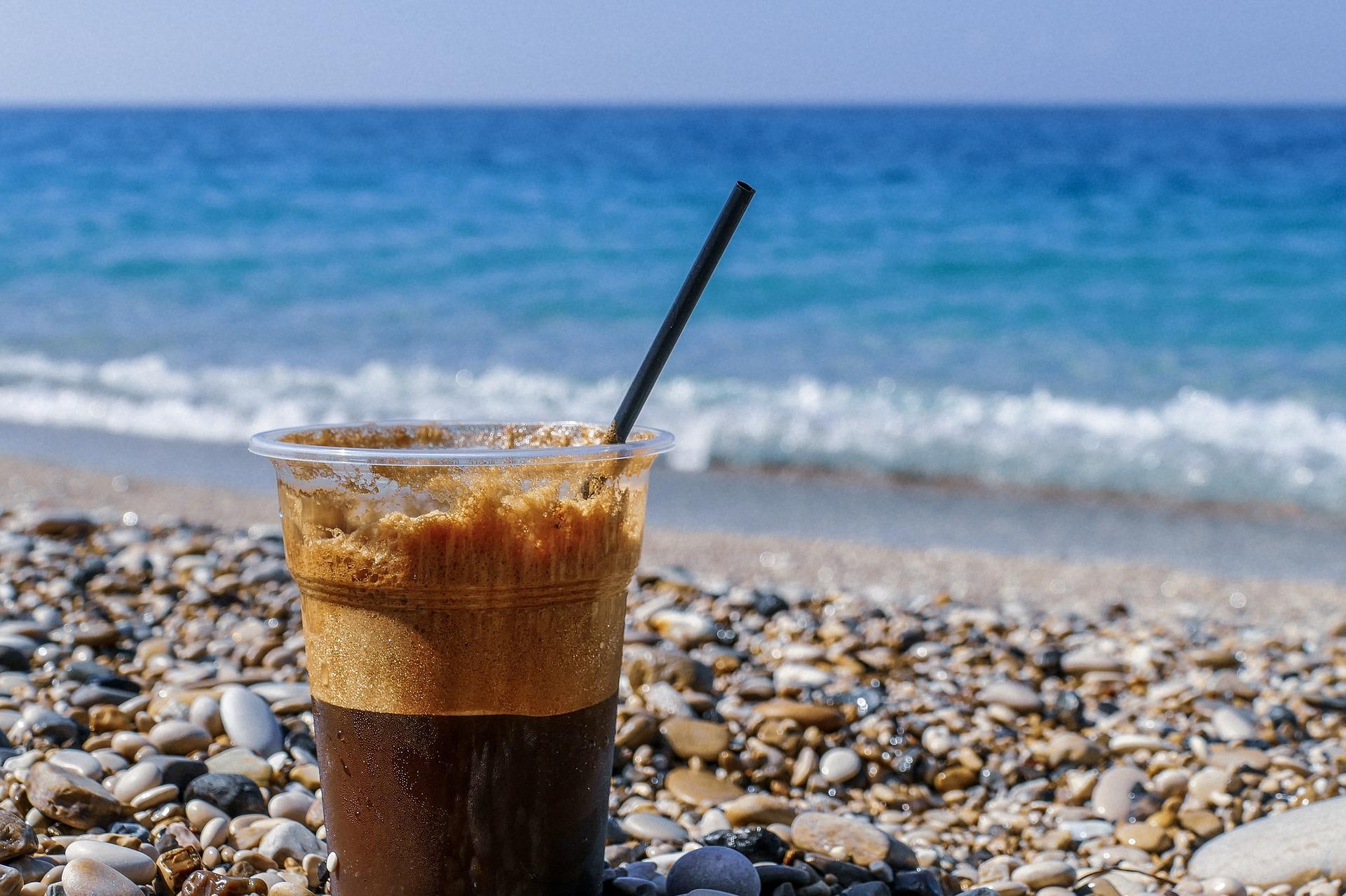 Для комфортного плажного отдыха к вашим услугам пляжный клуб с террасой, ресторан с обслуживанием по меню, возможность подачи блюд на шезлонги на пляже!