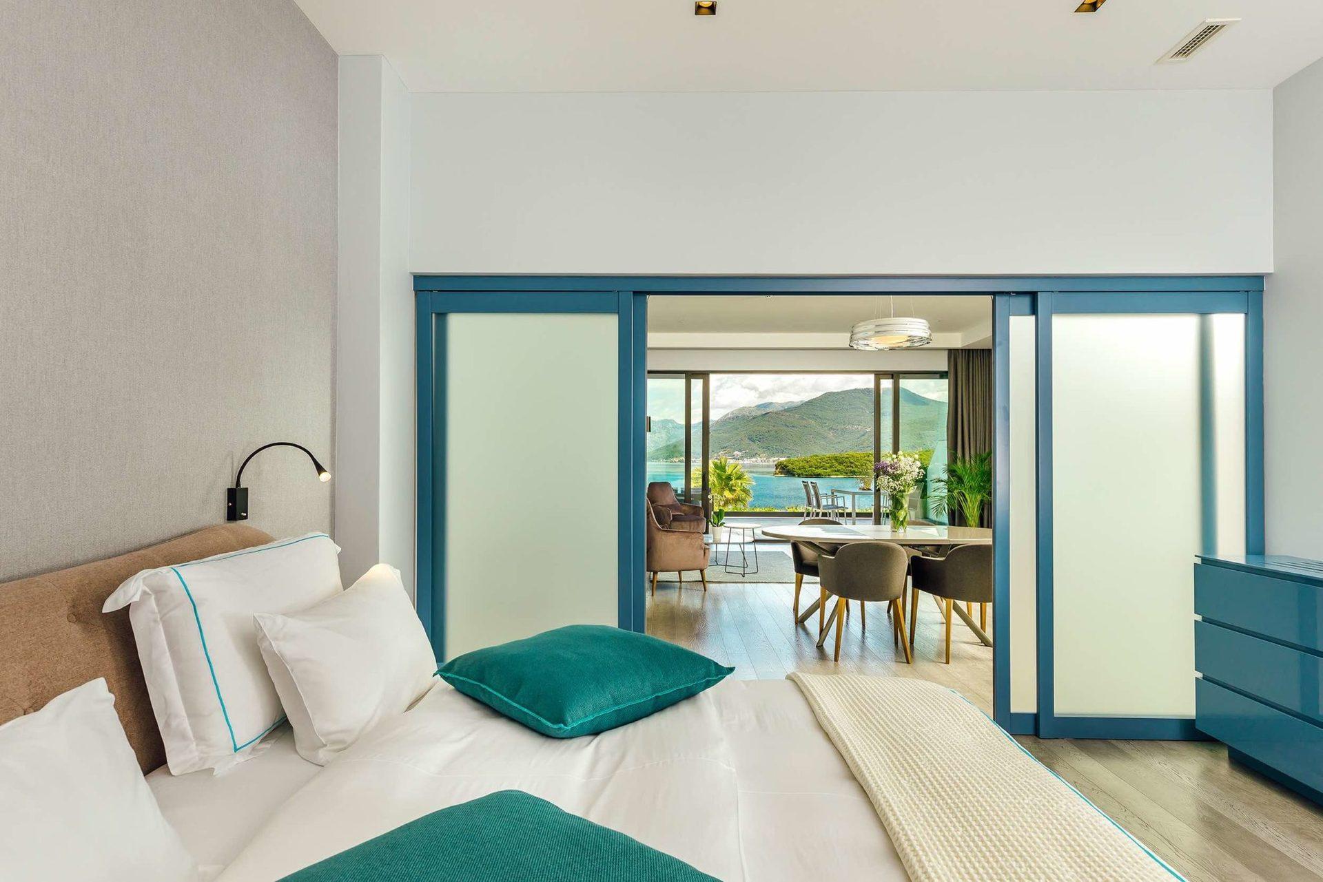 Готель відривається 1 травня 2021 року і має стати найбільш тусовочним місцем для відпочинку молоді та власників мега-яхт.