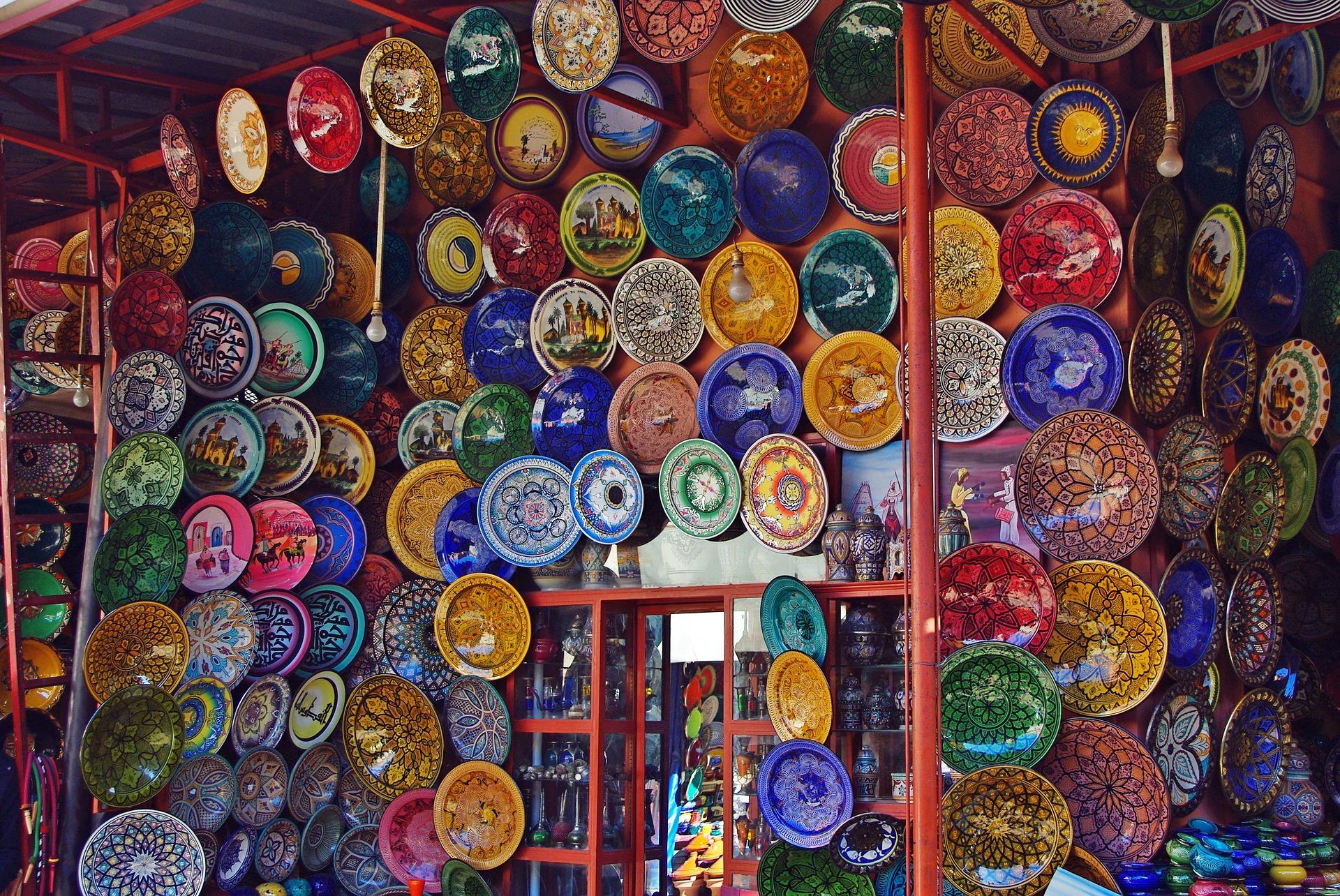 Прогуляетесь по старинным и колоритным рынкам Марракеша, можете купить множество аутентичных сувениров: бабуши (национальную марокканскую обувь), сладости и украшения берберских мастеров, араганское масло и многое другое.