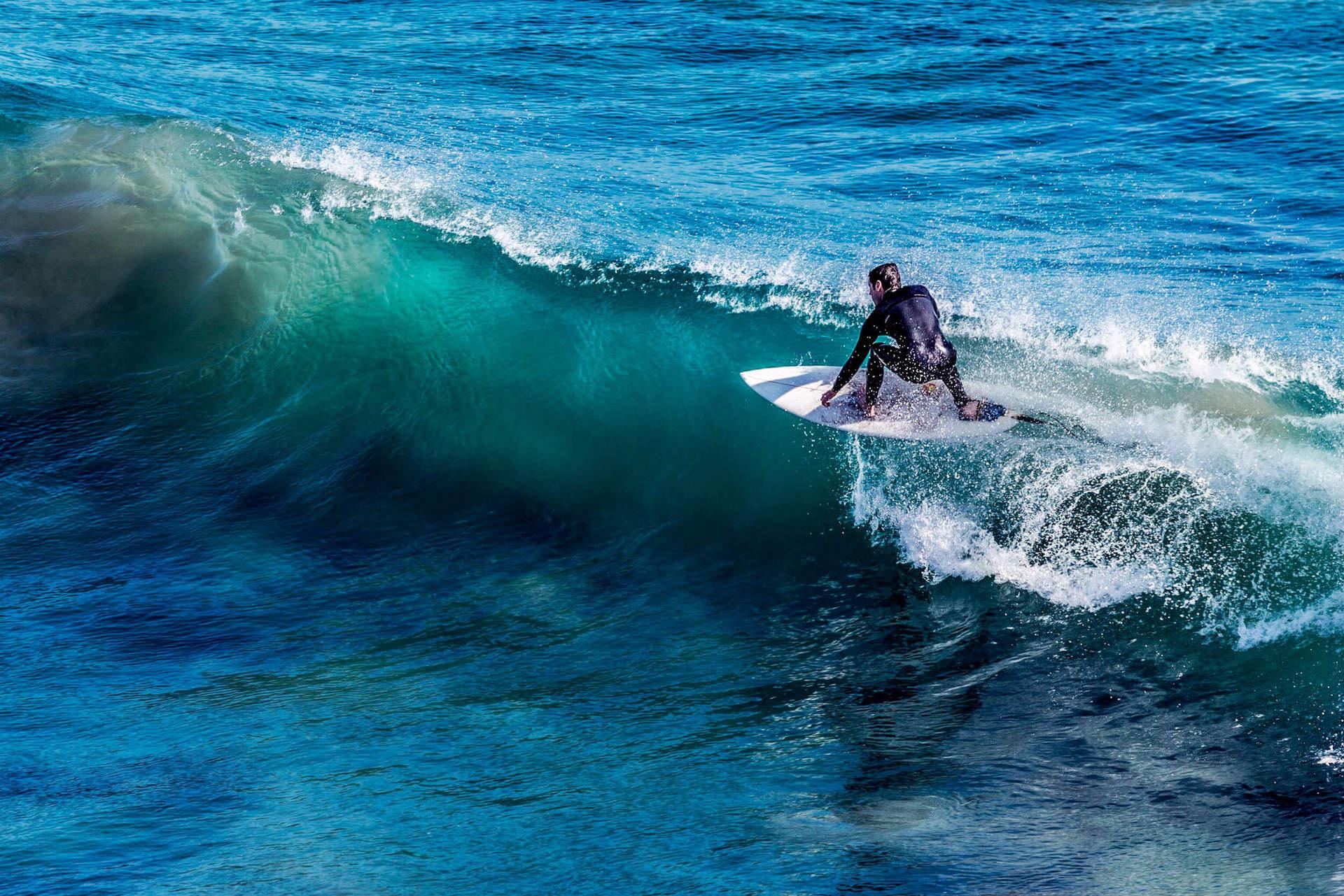 Кута - одно из лучших мест в мире для обучения серфингу. Большое количество сертифицированных школ, где профессиональные инструкторы быстро научат вас основам этого зрелищного спорта.