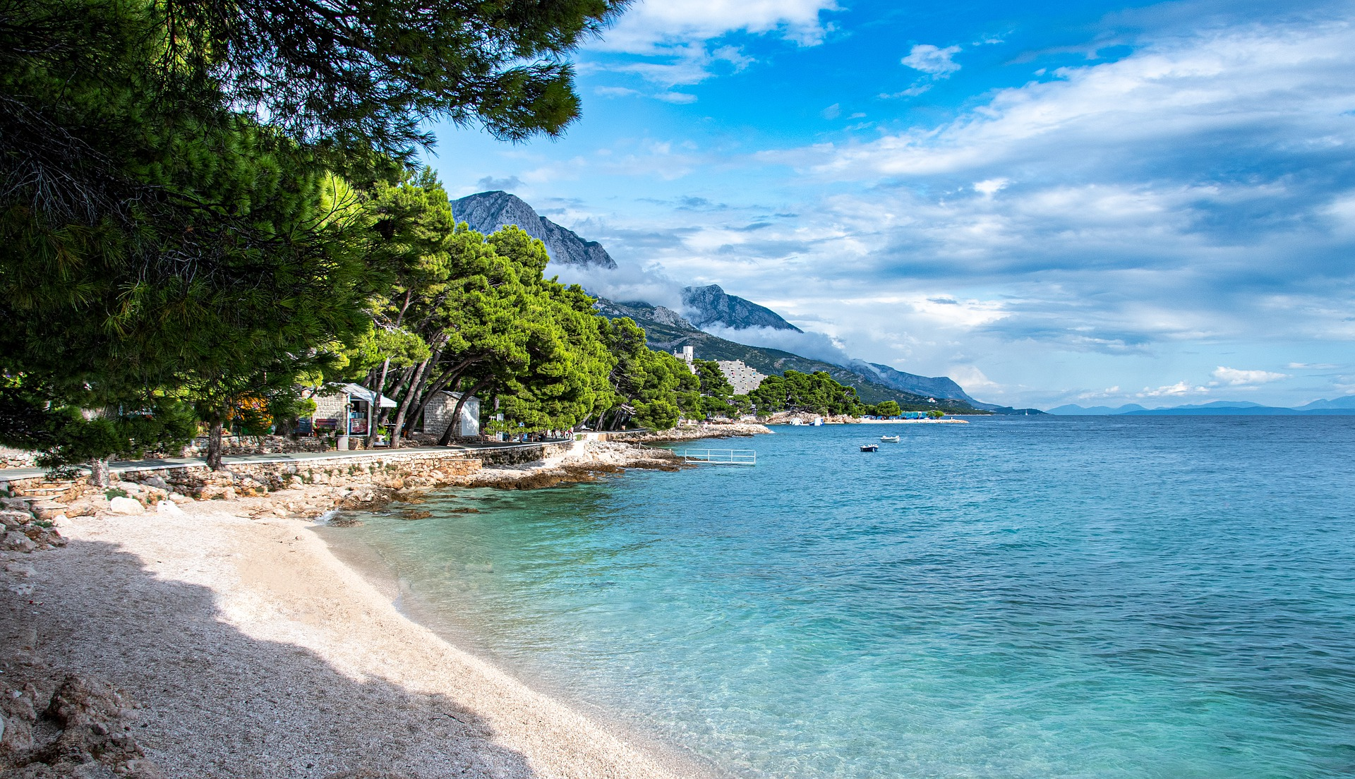Пляж находится в 100 метрах от отеля. Прогулявшись по дорожке через сосновый лес, вы откроете для себя кристально чистое сине-зеленое море и жемчужно-белые камушки, характерные для Рабаца.