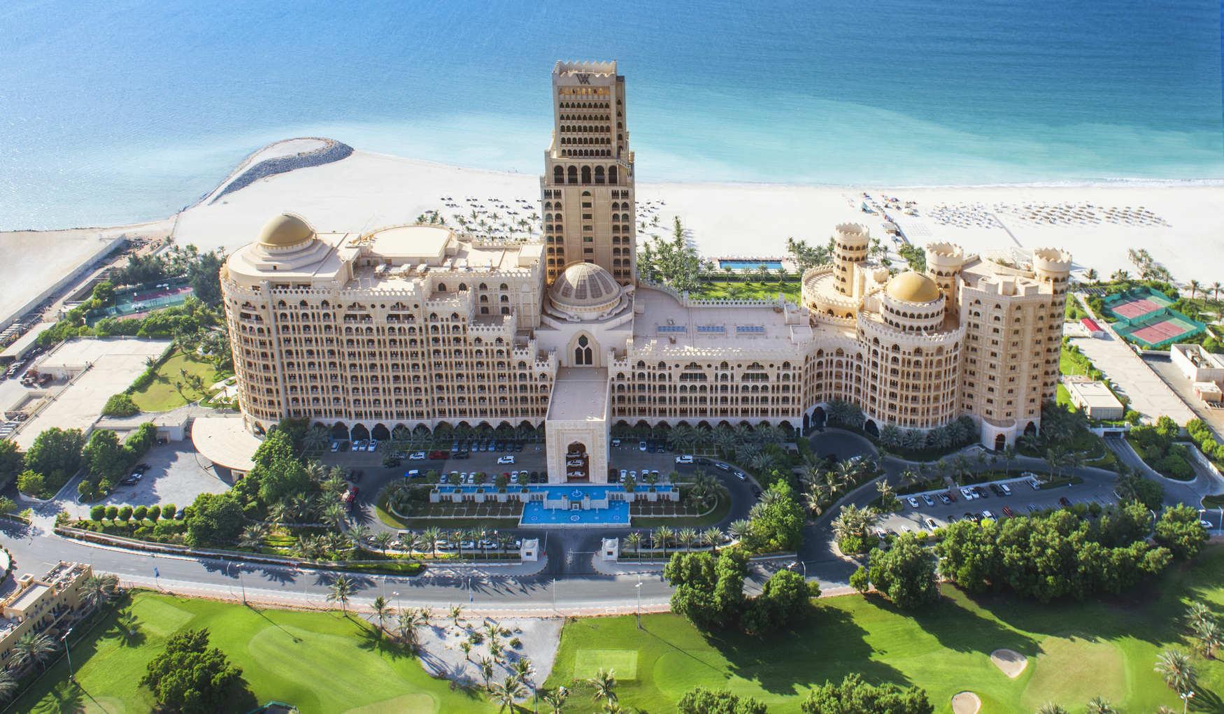 Чарівний курорт, оточений пустелями, горами і морем, що робить його справжнім оазисом для яскравого відпочинку.