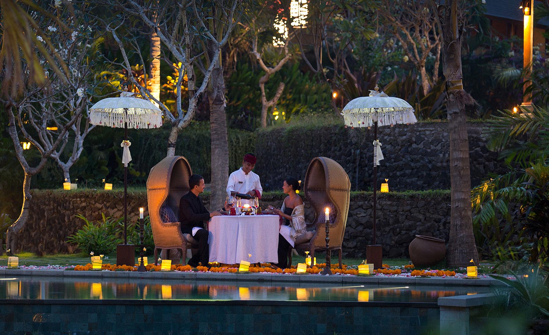 Бажаєте більше романтики? Завітайте у лаунж Joglo - ідеальне місце для романтичної вечері при свічках. Затишна атмосфера, повсюди прикраси з живих квітів та свічки, ароматні страви та абсолютний спокій!