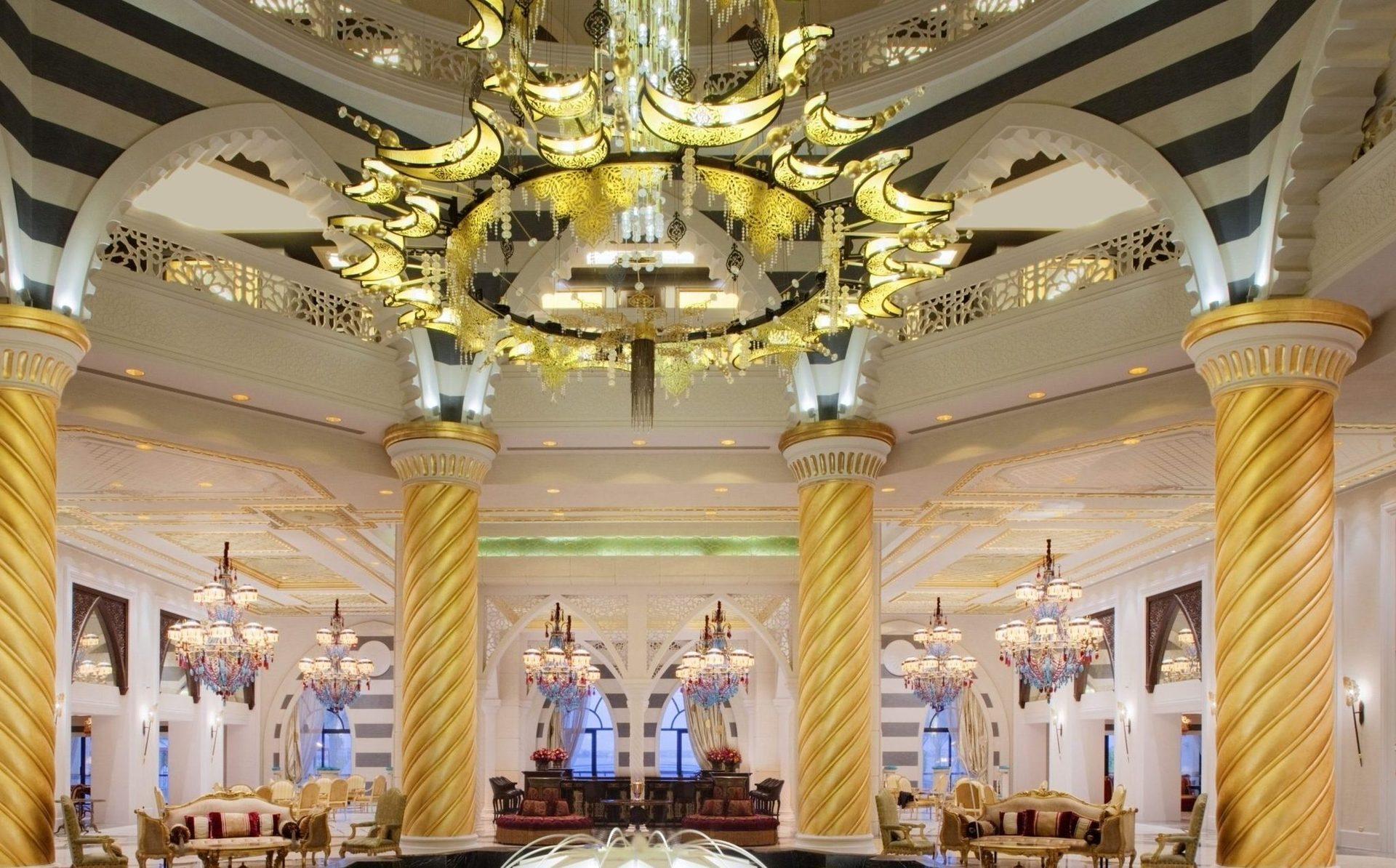 Впечатляющая люстра в главном холле, подвешенная над фонтаном, является одним из 165 элементов, которые освещают интерьеры отеля. Каждый из них является репродукцией произведений, которые украшают дворцы Долмабахче и Топкапы в Стамбуле.