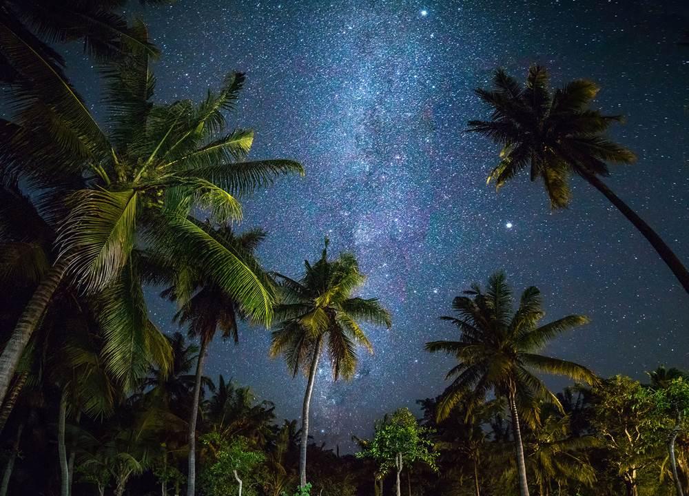 Якщо ви любити переглядати фільми або просто хочете спокійно і в той же час незвично провести вечір, завітайте у відкритий кінотеатр на пляжі під зірками.