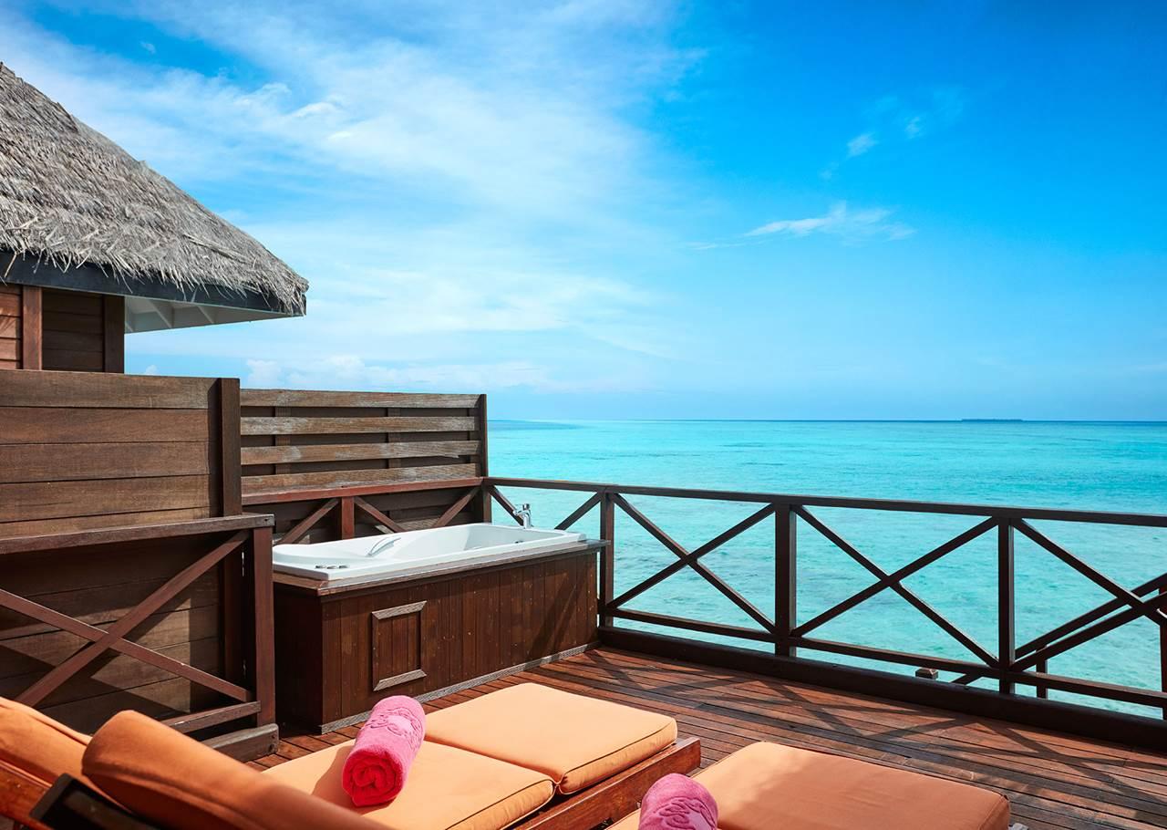 На вас чекає відпочинок у шикарній віллі категорії Reef Villa (розташована над лагуною). На терасі є шезлонги, обідня зона, гідромасажна ванна, з якої можна милуватися видами на океан.