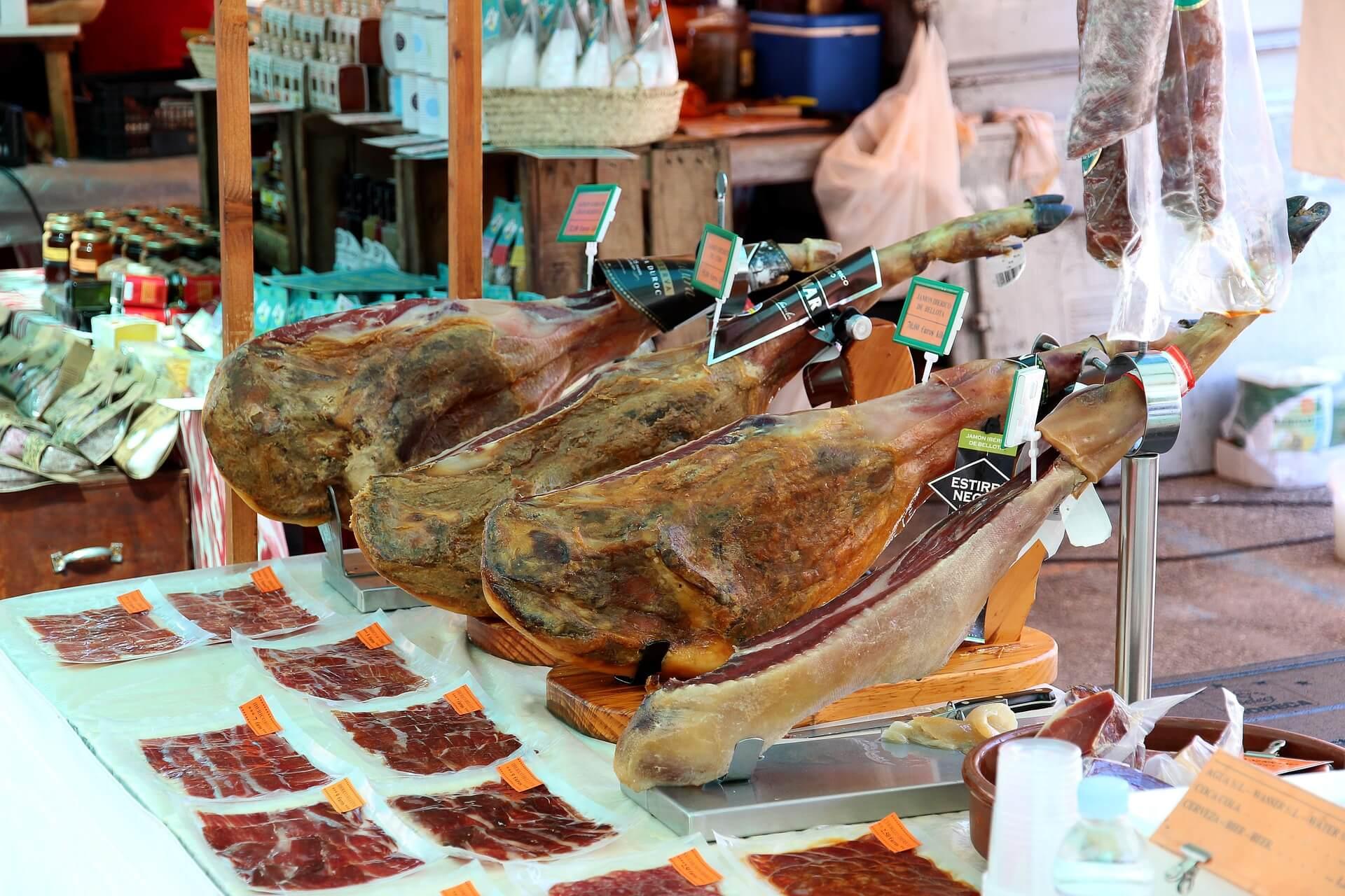 Продегустуємо знаменитий іспанський хамон Іберіко, чорісо, ломо - тут просто рай для м'ясоїдів.