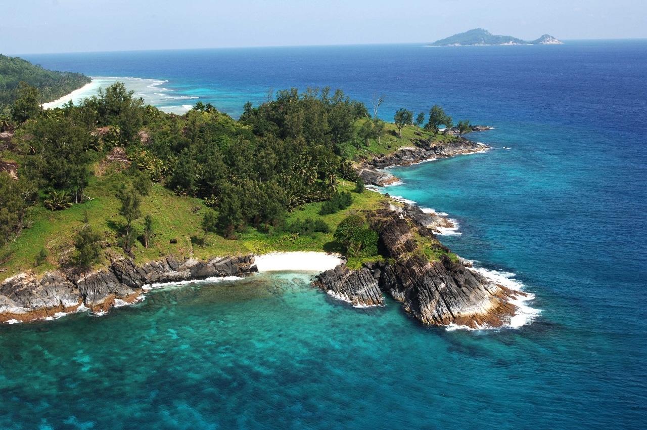 Hilton Seychelles Labriz Resort & Spa расположен в Национальном парке, на белом песчаном пляже острова Силуэт. Это единственный отель на острове, 95% которого покрыты лесами национального парка.