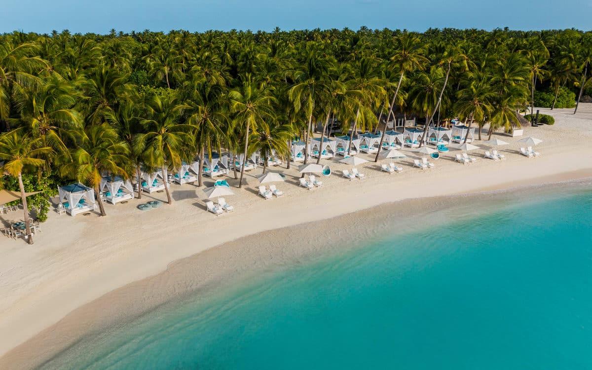 Для вашого відпочинку 12 пляжів з перлинно-білим піском.