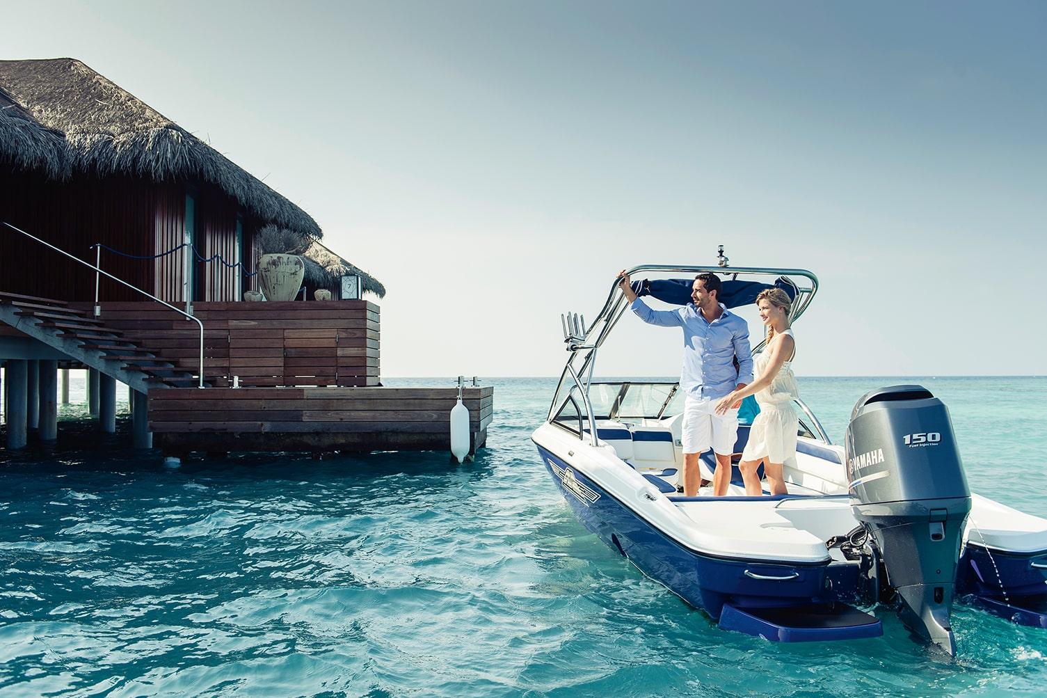 Вілла Romantic Pool Residence - це місце, де кожен може відчути себе знаменитістю світового рівня. До вілли можна дістатися тільки на човні, з її вікон відкриваються панорамні види на бірюзові води Індійського океану, а розміщення передбачає приватні послуги дворецького і кухаря.