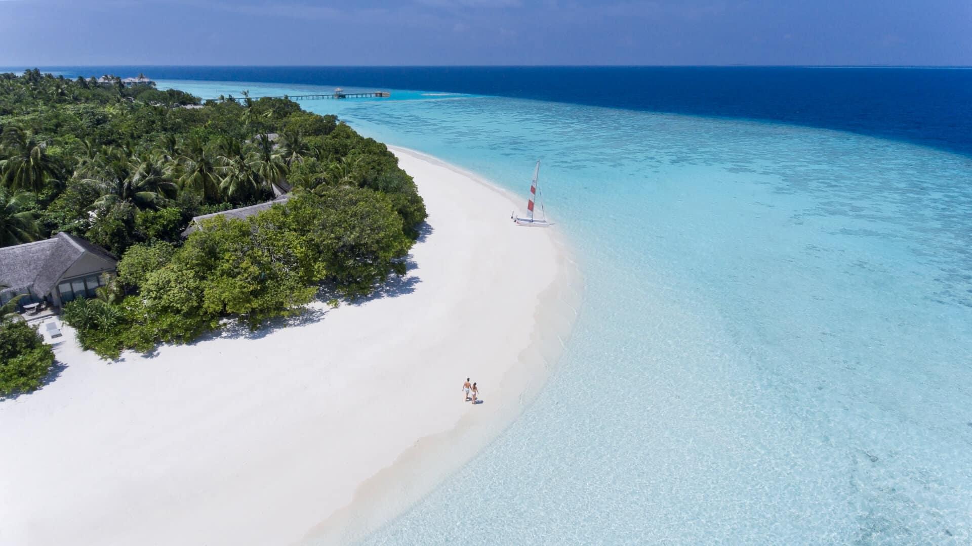 Пляж с белоснежным песком и кристально чистой водой биосферного заповедника Баа, внесенного в список объектов Всемирного наследия ЮНЕСКО.