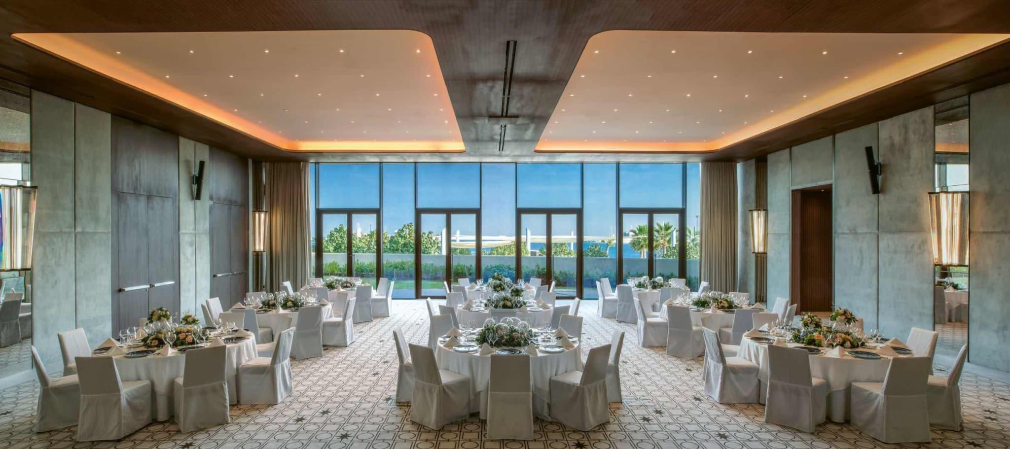 Ви неодмінно оціните перевагу у розташуванні готелю:  на приватному острові у Перській затоці. Приголомшливі види із вікна номеру або ресторанів гарантовані.