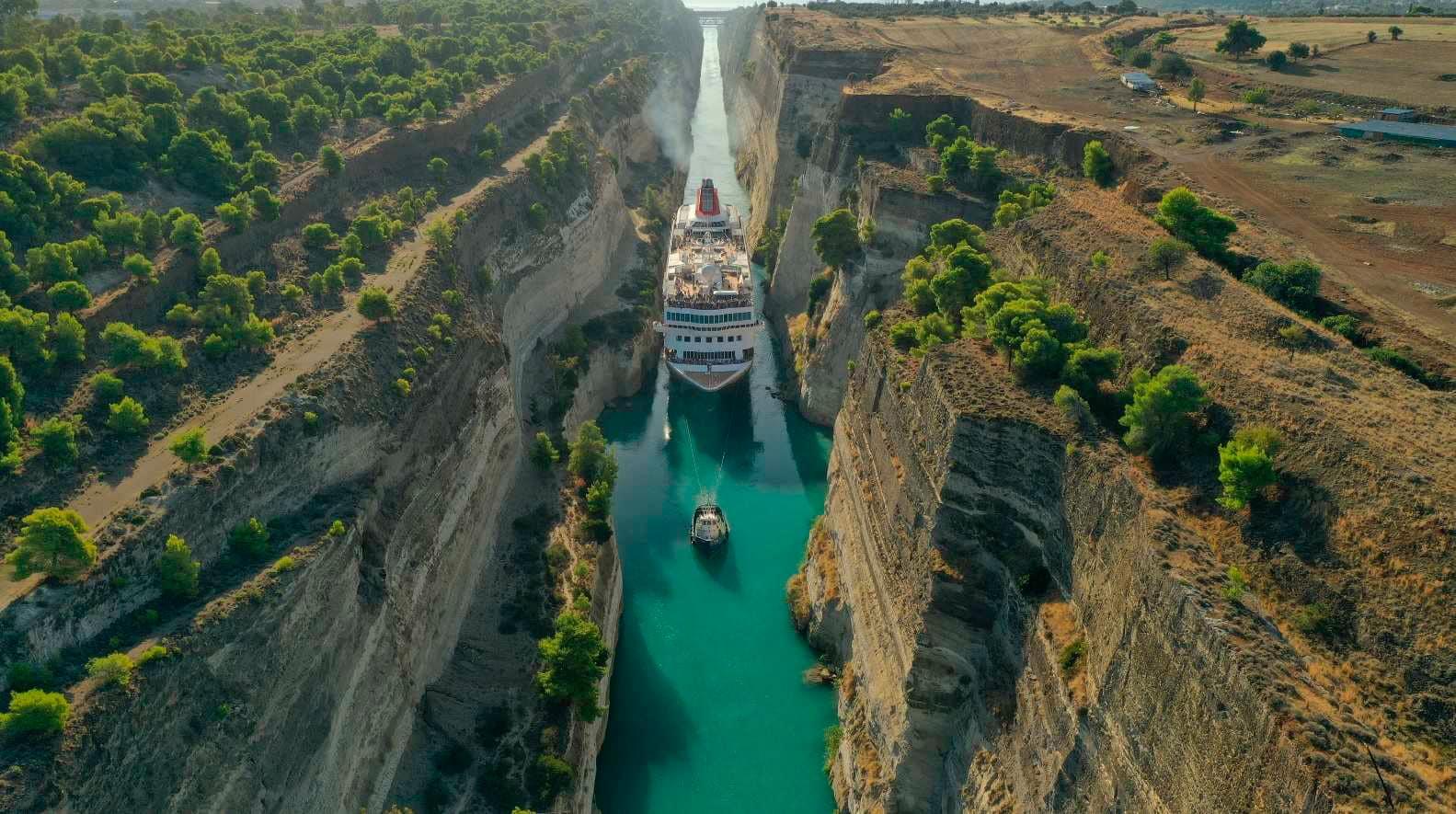 Маршрут однієї з екскурсій пролягає через Коринфський канал, який представляє собою унікальне місце, - перетин Егейського і іонічний морів.