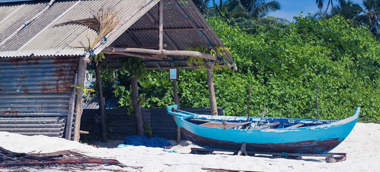 Также недалеко от Vakkaru находится Тхулхаадху (Thulhaadhoo) - единственный остров, на котором жители Мальдив до сих пор создают традиционные лакированные предметы быта, которые ранее изготавливались для местной знати.