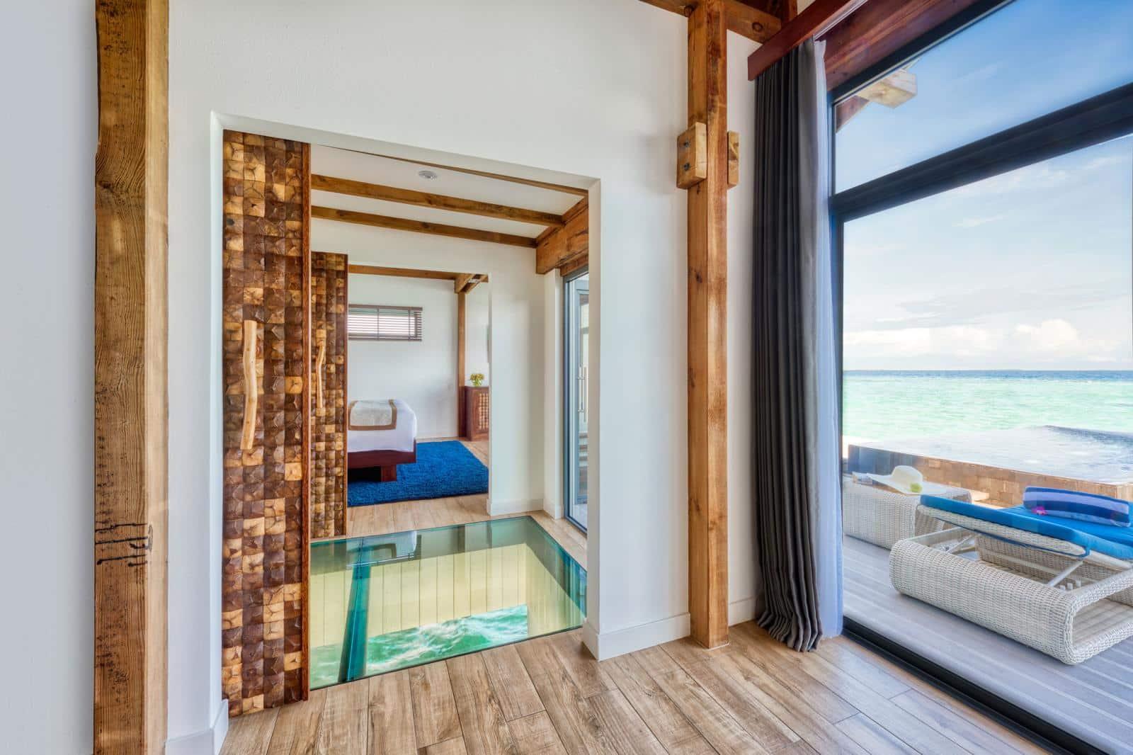 Через скляні підлоги Overwater Pool Villas гості можуть спостерігати за життям морських мешканців.