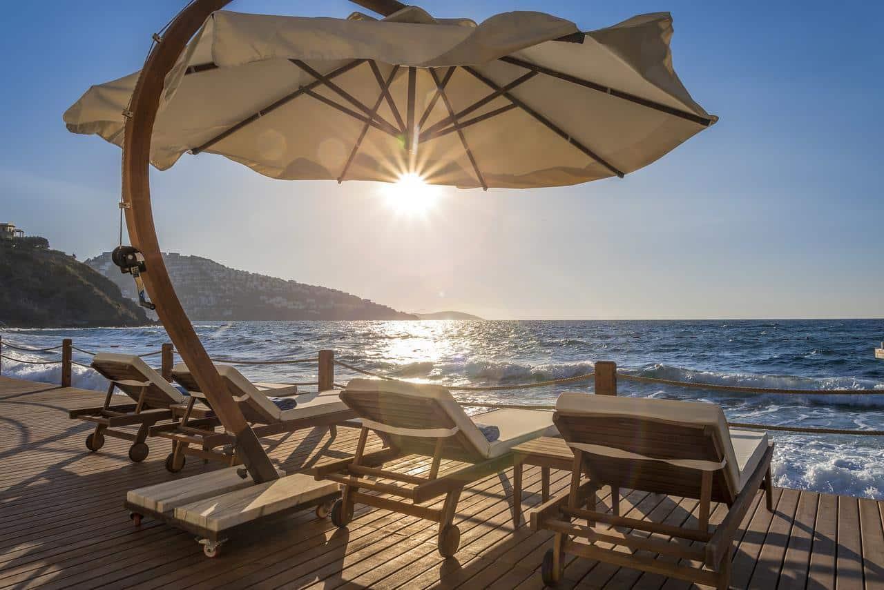 Что может быть более романтичным, чем наблюдение за закатом солнца с любимым человеком? Предлагаем вам наслаждаться этими захватывающими моментами с аппетитными коктейлями на террасах своего номера, в инфинити бассейнах или в ресторанах. Кстати, закат над греческим архипелагом транслируется в прямом эфире!