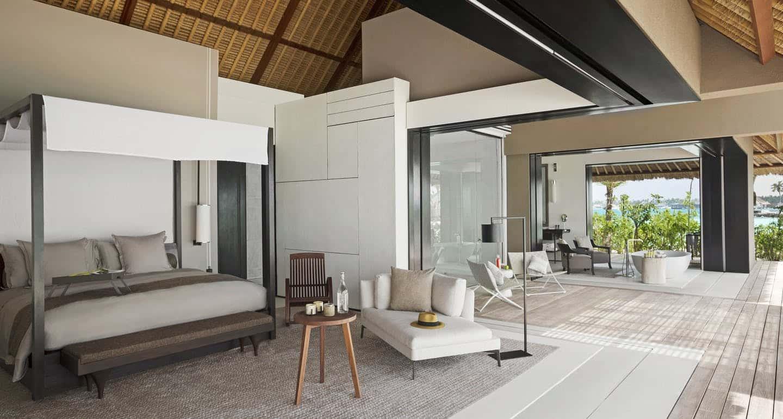 Відмітними рисами вілл є дуже високі стелі, величезні басейни та можливість управління стінами - легким рухом руки ви можете перетворити простір в одну кімнату або розділити його на зони - вітальню, спальню, гардеробну, як забажаєте.