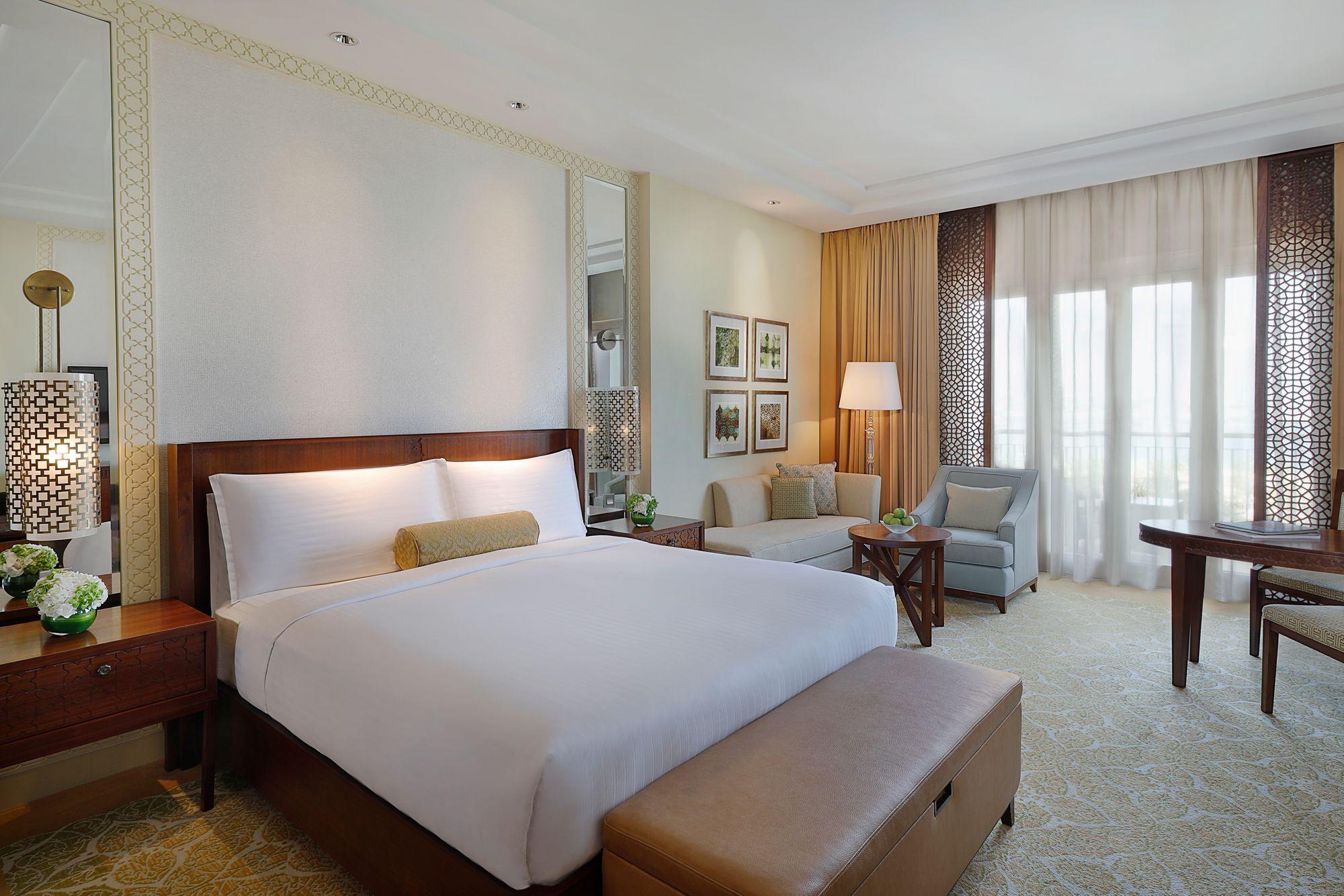 Deluxу Room із мебльованою терасою або патіо із видом на море, розрахована на двох дорослих гостей. Мармурова ванна кімната, пастельні кольори інтер'єру, багато вільного простору та зручні аксесуари зроблять ваш відпочинок у готелі незабутнім.