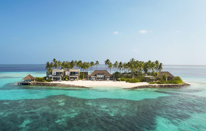 Родзинка курорту - Owner's Villa, що розташована на окремому острові з власним причалом і доступна тільки на човні. Для відпочинку тут є власний спа, великий 25-метровий відкритий басейн, незайманий піщаний пляж і екзотичні сади. Усе це гарантує вам повну приватність і відокремеленість від решти гостей курорту.