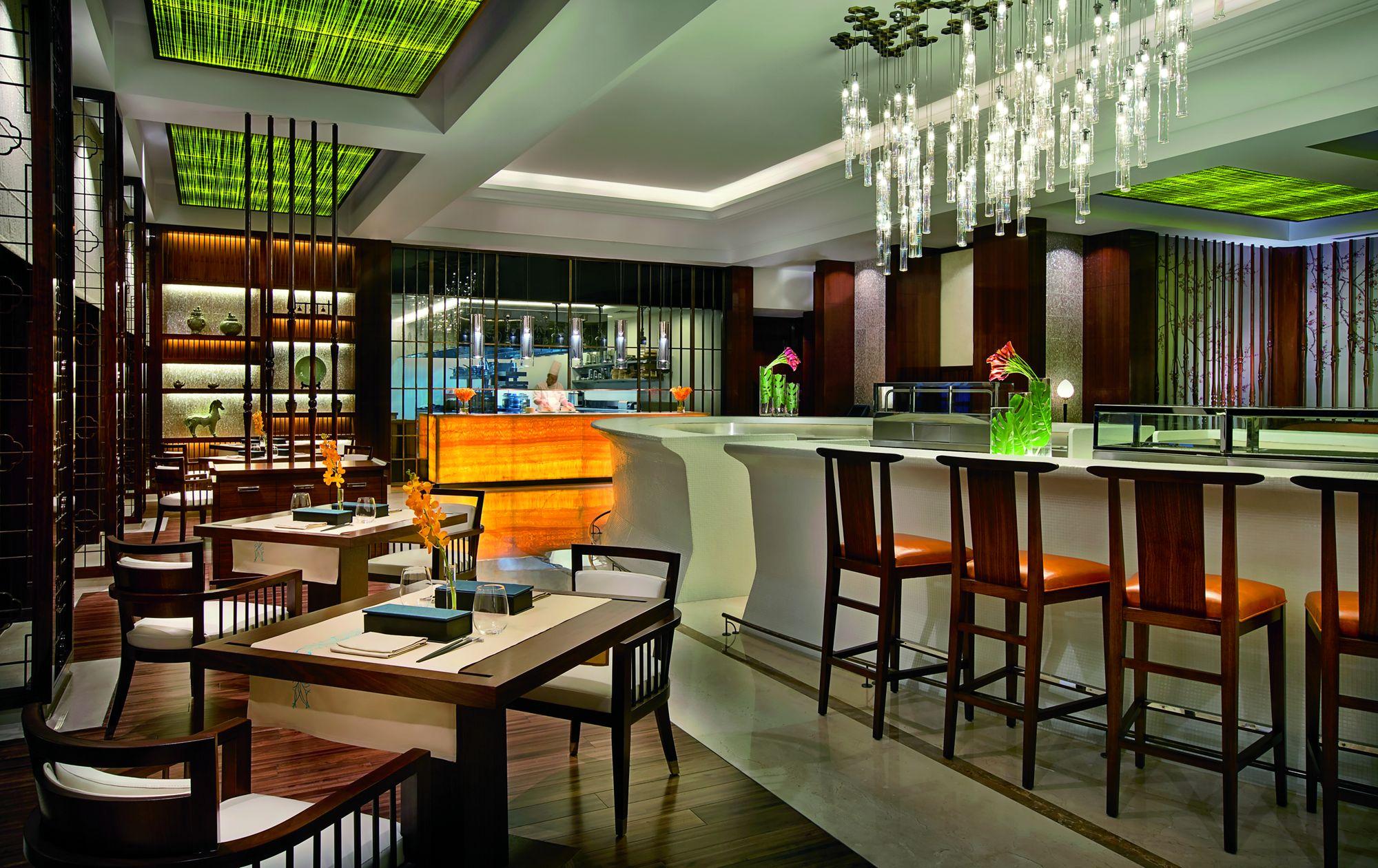 Названий найкращим рестораном Південно-Східної Азії від TimeOut Dubai, Blue Jade спеціалізується на паназіатській кухні. Тут шеф-кухар Та Ван спритно готує страви, які вшановують смаки рідного В'єтнаму, а також  Таїланду, Сінгапуру, Японії та Китаю. У цьому ресторані  проводиться спеціальна щотижнева презентація під назвою Sushilicious, де представлені вишукані улюблені суші та сашімі, такі як каліфорнійський макі, рулет з лосося та авокадо, тунець Нігірі та багато іншого, в поєднанні з азіатськими коктейлями та домашніми напоями. Рекомендуємо відвідати!